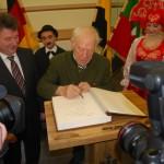 Clownlegende Oleg Popov trägt sich ins Goldene Buch der Stadt Magdeburg ein (Foto: Tobias Krull)