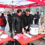 Stadträtin und Stadtratsvorsitzende Beate Wübbenhorst und Fraktionsmitglied Christian Hausmann beim Glühweinausschank