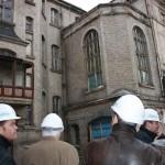 Zahlreiche Mix-Elemente, wie der nachträglich angebaute Erker werden wieder entfernt. Der Umbau des Hauses soll in 2012 beendet sein.