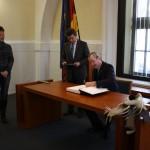 US-Botschafter Philip D. Murphy trägt sich ins Goldene Buch der Stadt ein