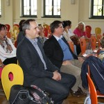 Stadtrat Jens Rösler (Mitte) lauscht dem musikalischen Beitrag der Kinder