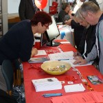 Stadträtin Ursula Biedermann (links) hilft beim Quiz