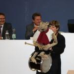 """Fraktionsvorsitzender Hans-Dieter Bromberg gratuliert dem Puppentheater zur Verleihung des Titels """"Ehrenbotschafter der Landeshauptstadt Magdeburg"""""""