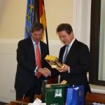 Der Bürgermeister unserer Partnerstadt Nashville Karl Dean (Tessessee/USA) trägt sich ins Goldene Buch der Stadt ein