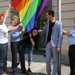 Schirmherrin Beate Wübbenhorst (l.i.B.) beim Hissen der Regenbogenfahne vor dem Magdeburger Rathaus