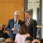 Der Beigeordnete für Kultur, Schule und Sport Dr. Rüdiger Koch erhält als Anerkennung für seine längjährigen Verdienste für die Landeshauptstadt den Ehrenring überreicht von Oberbürgermeister Dr. Lutz Trümper