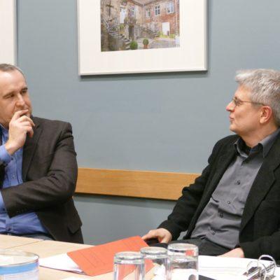 Fraktionsvorsitzender Jens Rösler (links) im Gespräch mit dem Leiter des Gesellschaftshauses Carsten Gerth