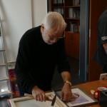 Rainer Löhr bereitet die neuen Bilder vor