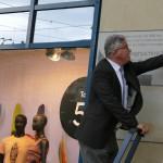Der Beigeordnete für Kultur, Schule und Sport Prof. Dr. Matthias Puhle enthüllt die Gedenktafel