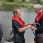 Beigeordneter Holger Platz wird für die Tour auf der Elbe gesichert