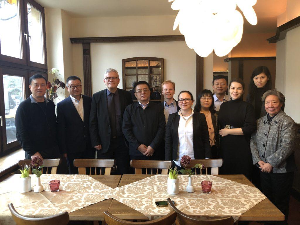 Heute Mittag haben der Beigeordnete für Kultur, Schule & Sport Prof. Dr. Matthias Puhle und der stellvertretende Stadtratsvorsitzende Norman Belas (SPD) eine Delegation des Stadtrates der chinesischen Partnerstadt Harbin in Magdeburg empfangen.